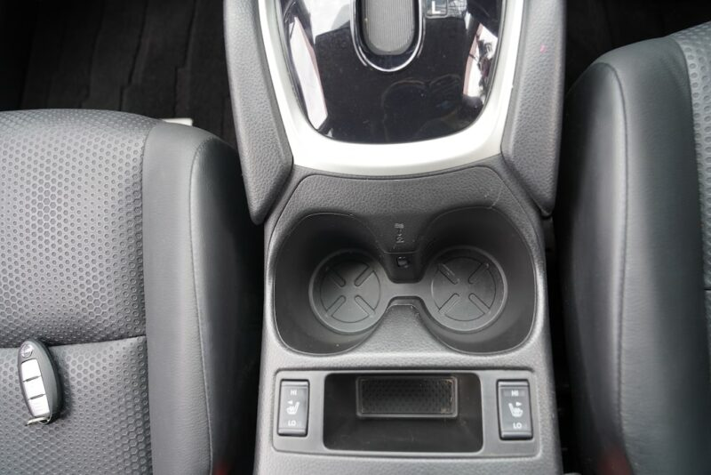 2014 Nissan X-Trail cupholders